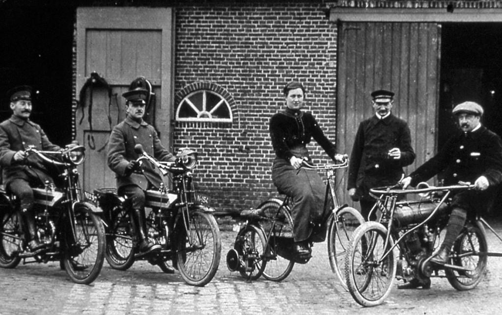 """Hoogerheide, achter de burgemeesterswoning. Rechts op de foto Frie Moors, zoon van de burgemeester, naast hem veldwachter """"garde Looike"""". De dame op de motorcyclette is Agnes Moors. ."""