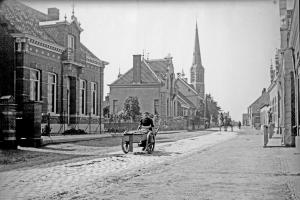 December 1901: Ossendrecht DorpsstraatTweede huis van links villa princesse Paulina(scan van glasnegatief)