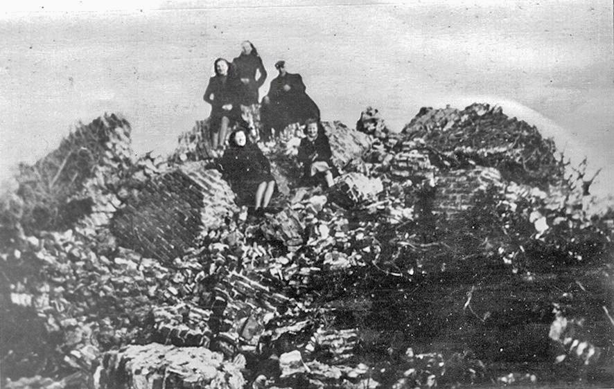 Op de puinhopen van de Stompe toren na de bevrijding.
